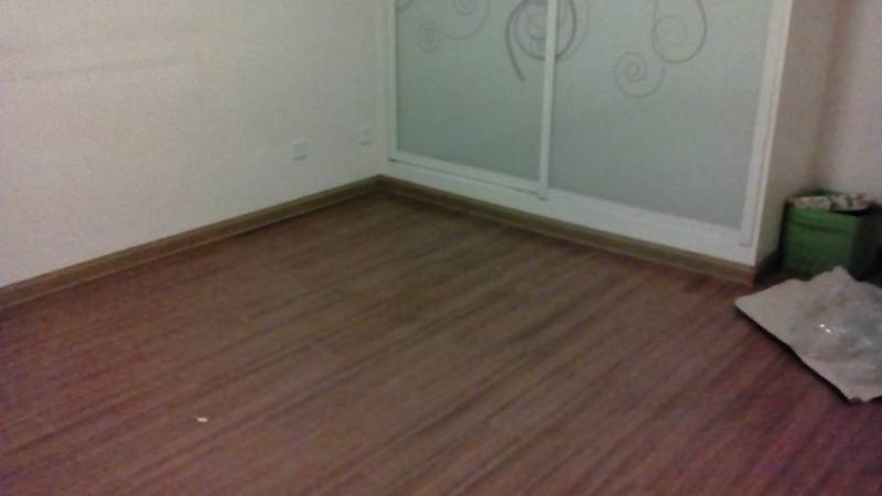 主卧深褐色木地板白色大衣橱配什么墙体颜色?