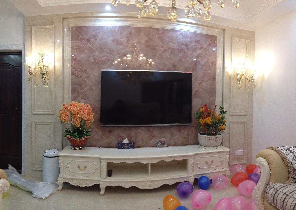 电视机60寸,背景墙用美缝剂美了金色的边,美缝这活卤煮居然也