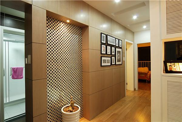靠近餐厅的房间改成书房兼客房的功能,书房设计成榻榻米和书桌图片