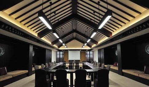 高档的餐厅内采用新中式古典主义的设计风格,装饰彩色丰富,即体现贵安图片