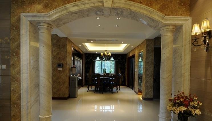 在客厅出的过廊做一个垭口,若果欧式的风格,两侧做罗马柱中间做拱形门