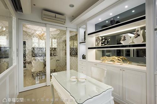 设计师陈永祥将原有沙发与电视墙两相对调,黑森林大理石加由木工,漆面