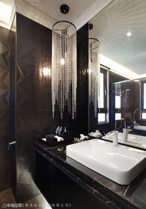 套房内的卫浴空间,以立体砖延续男孩房的深色魅力,以水晶灯画龙点睛