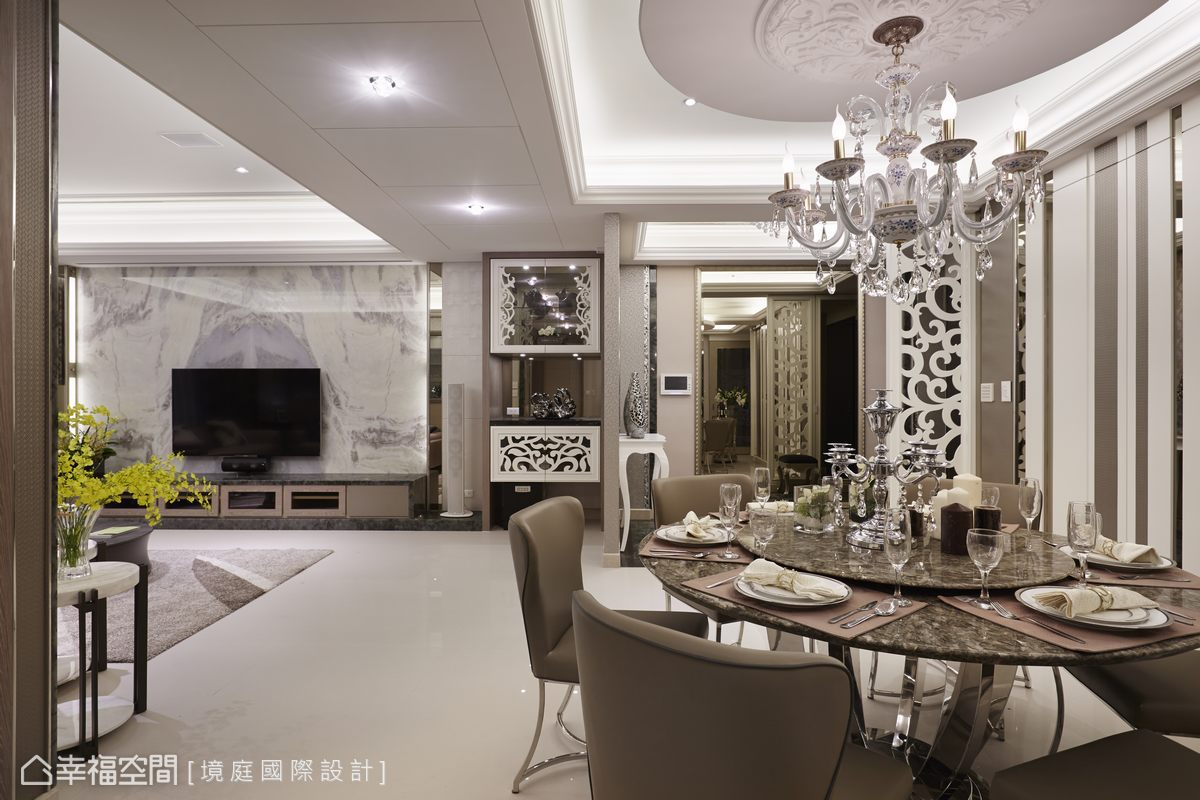 廊道底端的端景柜,结合华丽的雕花造型与镜面收齐视听设备.