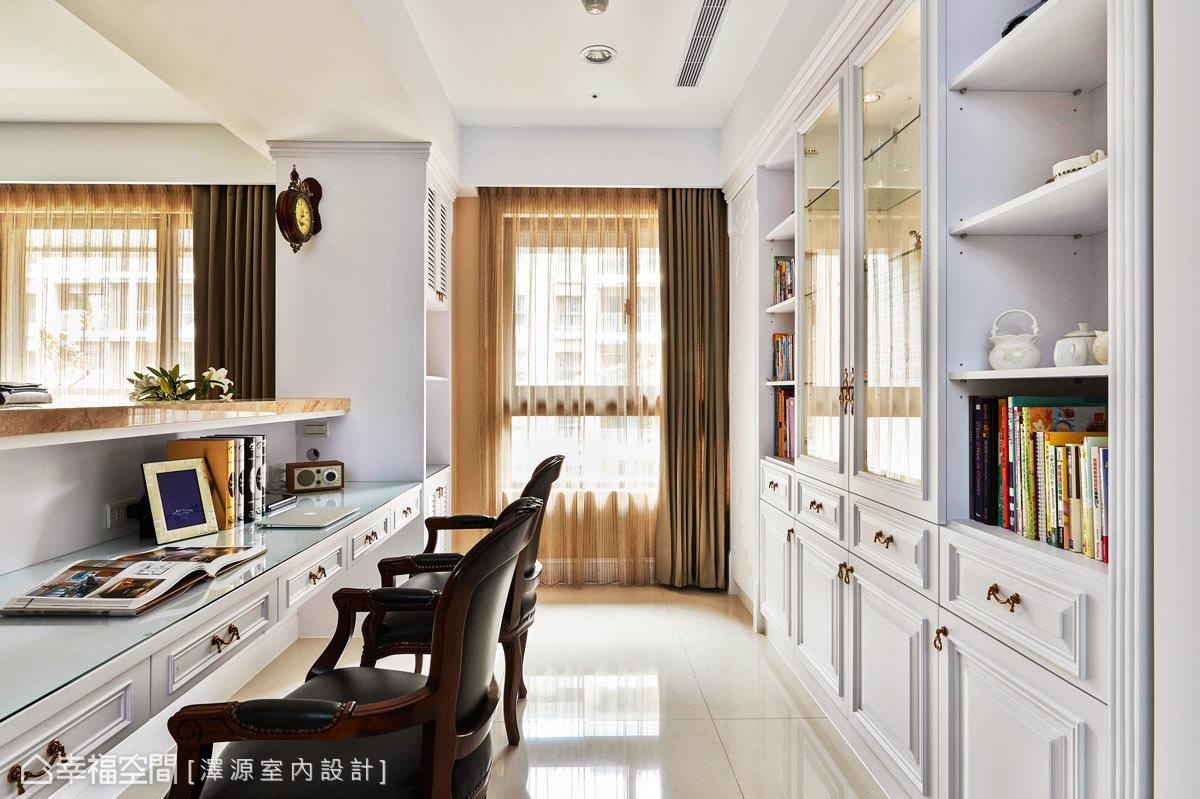 利用梁下的空间作为沙发矮墙与书桌的部分,让开放式的书房与客厅自动图片