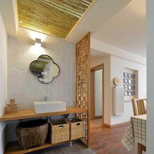 干区在餐厅旁边,和客厅之间加了花格,实木台面装饰性和实用性兼得.