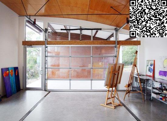 这个工作室还拥有一个大窗户和透明的门户,让整个工作室充满光