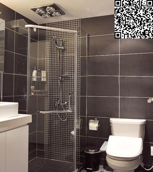 圆弧形的淋浴房正好将角落空间利用起来