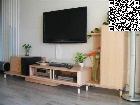 电视背景墙极简单,左边几根竖木条,就完成了电视背景墙的造型,然后再