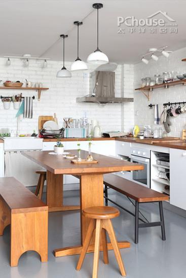 价格:5500元              推荐理由:黑桃木材质的长方形餐桌,木