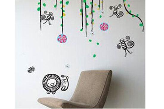 卡通的小狮子,小蜜蜂,小花小草,一派春色满园自然之景.