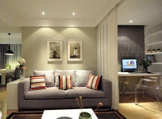 电视机背景墙也只用了横条的壁纸装饰