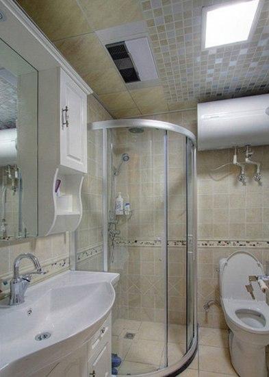 浴室是玻璃淋浴房,旁边是抽水马桶