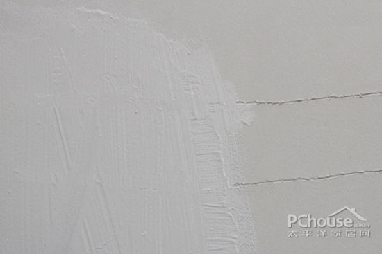 在漆面刷刮一条裂痕,然后刷上一层涂料,待涂料充分变干后,放大