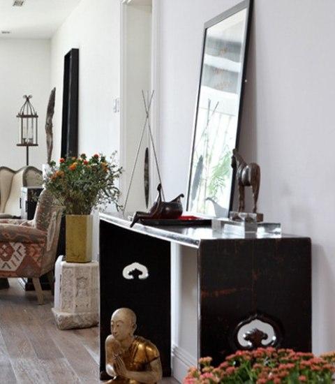 开放式餐厅与客厅相连,欧式餐桌椅让房间变得雅致高贵,边柜上各式风格