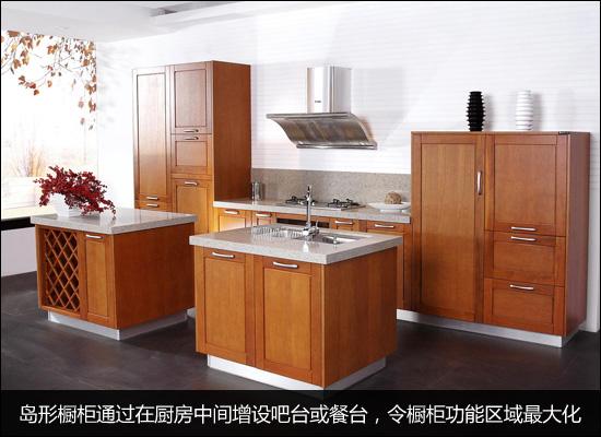 岛形橱柜通过在厨房中间增设吧台或餐台(既可以作为单纯的收纳柜,工作