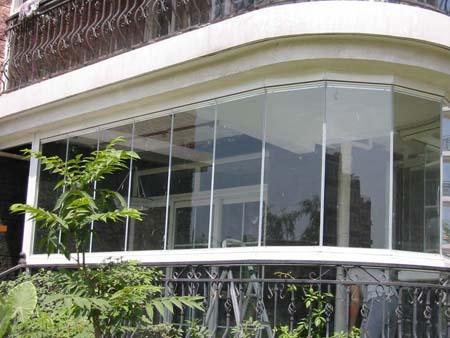 安全防盗:现代无框阳台窗采用高强度铝合金结构,钢化
