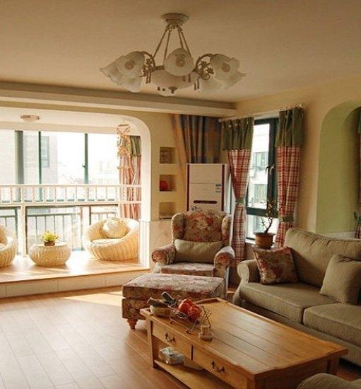 客厅木地板,木茶几,田园风格布艺,白色墙裙,装修出浓郁的田园