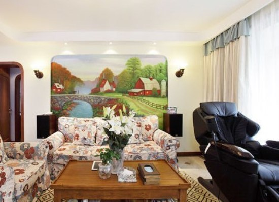 客厅整体,电视背景墙上贴上了浅色的压花墙纸,电视柜采用很