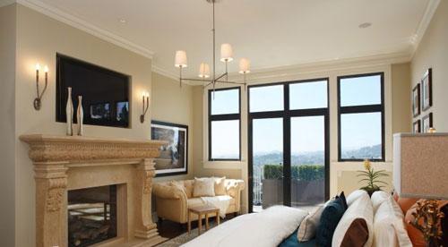 电视机正好镶嵌在壁炉上方的墙壁之中,2段设以壁灯增添美感.