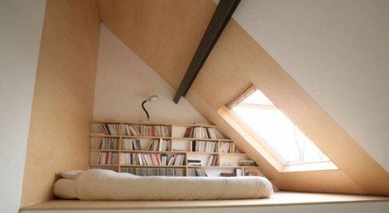 原木色的房梁,书架,低矮的竹编沙发,还有沙发前的亮面茶几,都