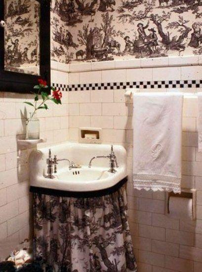 黑白两色棋盘格的腰线与壁纸花纹的风格相吻合