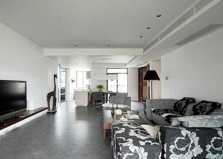 用简洁的灰色地砖作为客厅和餐厅的地面铺装材料,与四壁白墙搭配