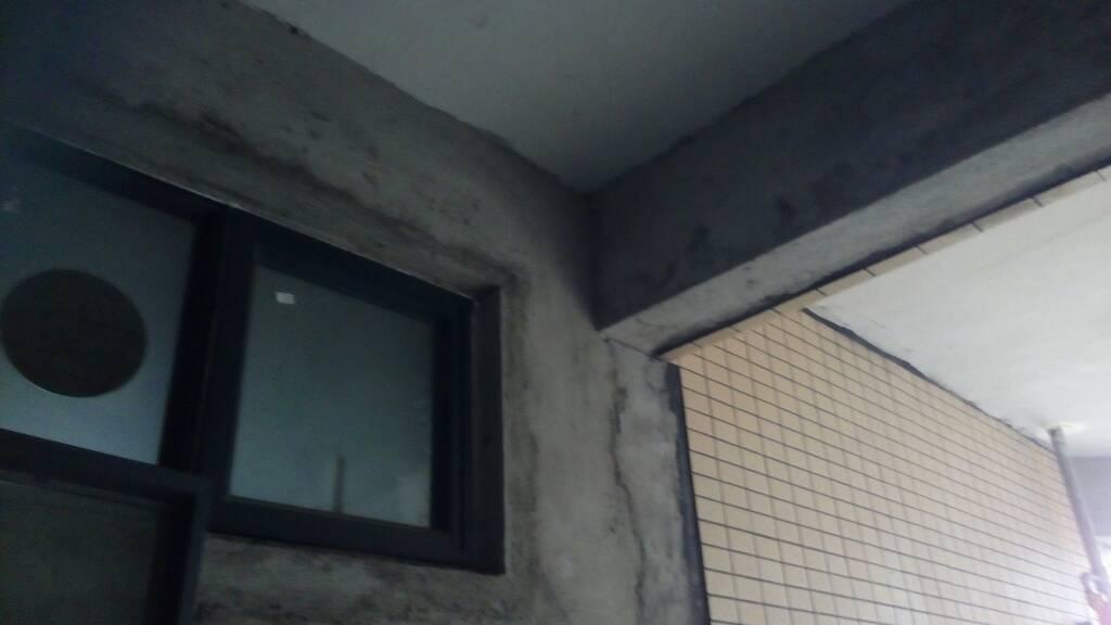卫生间要安装排气扇管道,卫生间窗户右上角开个洞.