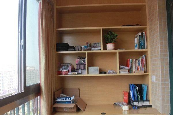 下面这款阳台装修效果图中的书柜是打在墙体内的,这样就让整个阳
