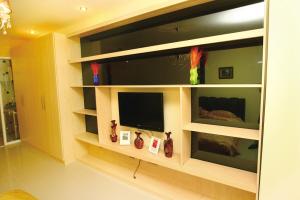靠西墙放置一套组合沙发,东墙做柜式电视背景墙,可以放置饮水机,小图片