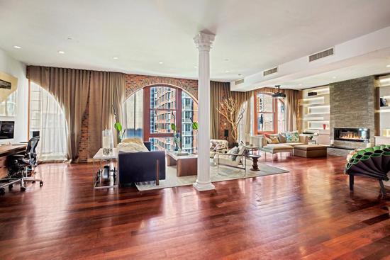 jennyjia   装饰tips:复式公寓的一楼客厅,白色的单人沙发与射灯图片