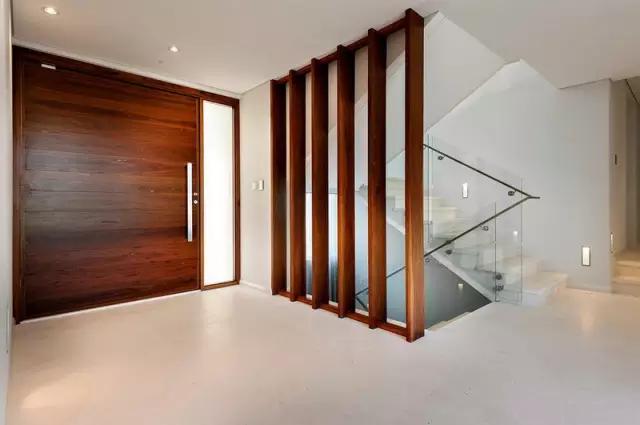中式隔断一般用在玄关,餐厅与客厅之间,总而言之就是为了巧妙的将房间