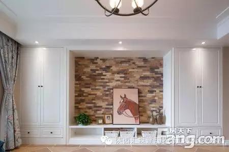 电视背景墙主要使用了石膏线作为背景墙的边框装饰哦