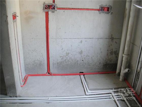 (五)安全接地 1、不能用自来水管作为接地线。新建住宅楼都配置了可靠的接地线。而对于老式住宅,不少人就以自来水管作为接地线,这是不可靠的危险作法。 2、浴室应采用等电位联结。浴室环境潮湿,人即使触及50V以下的安全电压,也有遭电击的可能。等电位联结,就是把浴室内所有金属物体(包括金属毛巾架、铸铁浴缸、自来水管等)用接地线连成一体,并且可靠接地。 3、接地制式应与电源系统相符。电气设计前,必须先了解住宅电源来自何处,以及该电源的接地制式。接地保护措施应与电源系统一致。 4、有些人认为:接地线中的电流很小,几