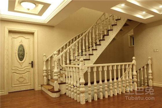 实木楼梯更好,如果是中式风格宜选购实木楼梯,现代简约风格宜选购钢木