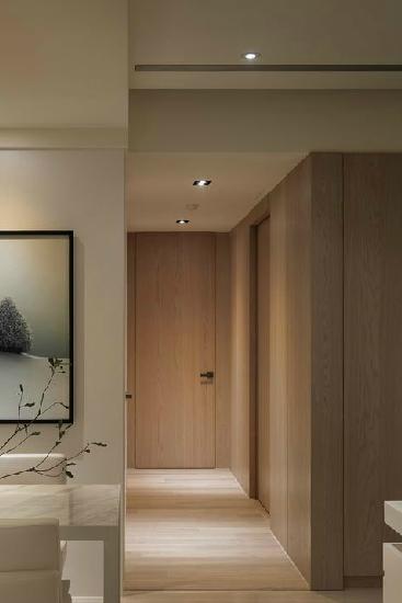 在这个客厅走廊吊顶装修效果图中,走廊吊顶设计呼应着玄关弧线