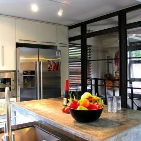 现代温馨餐厅厨房吧台射灯设计方案