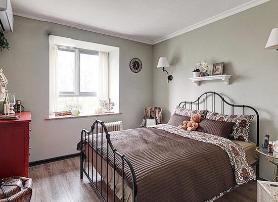 这间田园风格的卧室,用白色和原木色为主色调,搭配藤艺收纳箱和铁艺