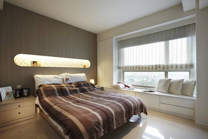 主卧室-仿似金色皮革的壁纸美化床头,并挖空长形陈列台,佐以灯光增加图片