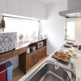 现代厨房桌子柜子设计案例