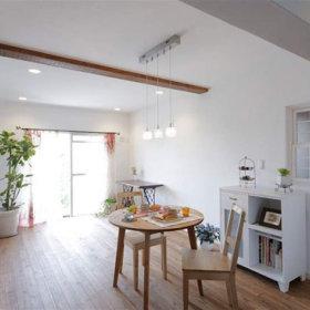 田园浪漫餐桌木质餐桌椅水晶吊灯设计方案