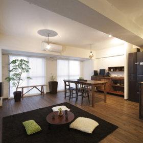 简约客厅桌子黑色地毯效果图