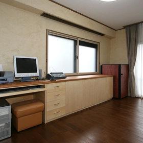 窗帘电脑桌木质地板设计案例展示