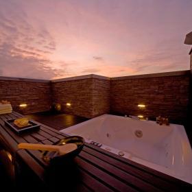 现代简约外景浴室装修案例